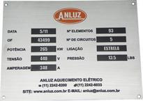 Placa de identificação com informações do equipamento e dados de contato da empresa.