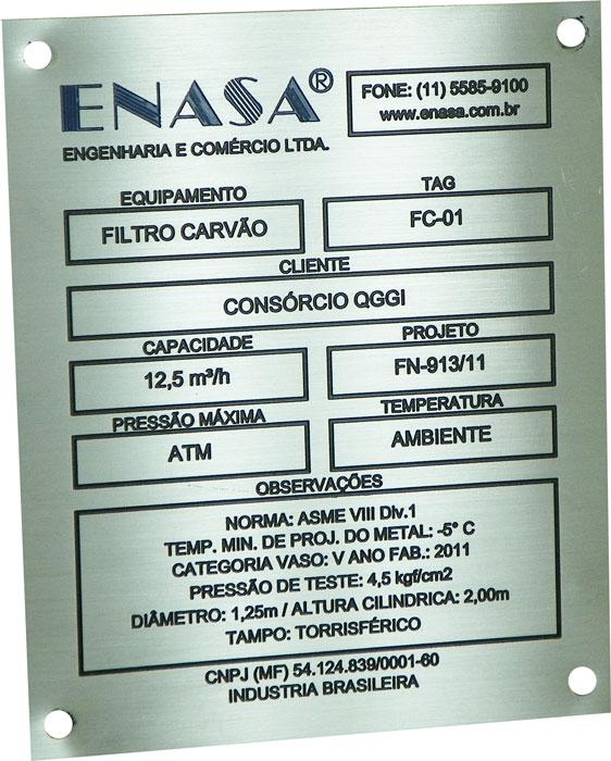 Placa de identificação de equipamentos contendo dados do fabricante e do comprador.