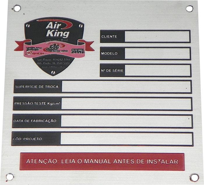 Placa de identificação com informações e dados sobre o equipamento.