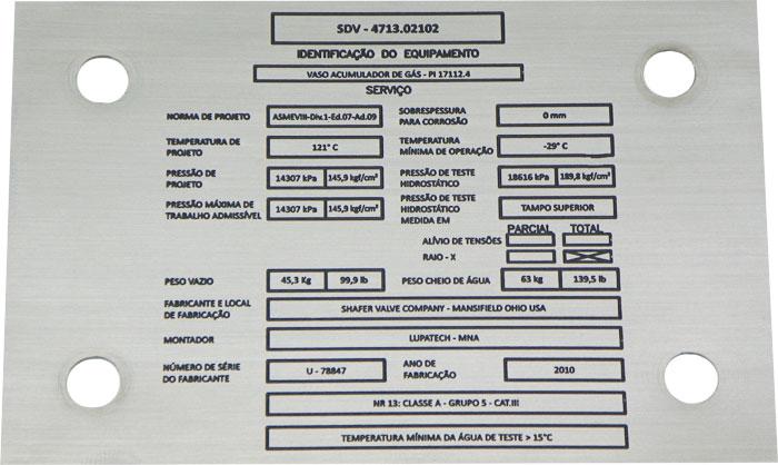 Placa de identificação de equipamento, contendo dados técnicos, dados do fabricante e montador.