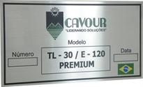 Placa de identificação de equipamento com logotipo e slogan da empresa.