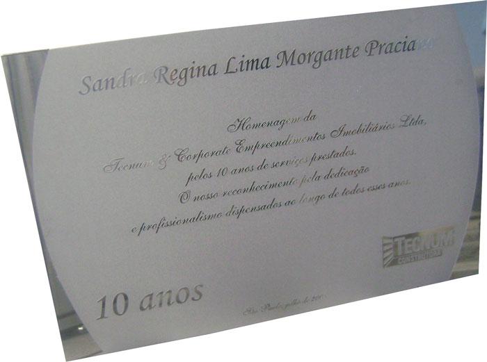 Placa de homenagem por 10 anos de serviços prestados com profissionalismo e dedicação.