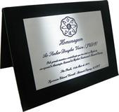 Placa de homenagem agradecendo incentivo e contribuição para associação.