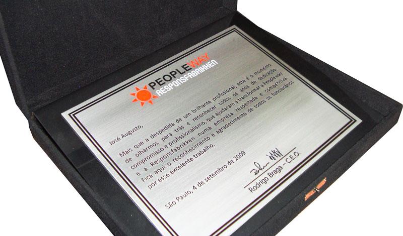 Placa de homenagem à funcionário que está se despedindo da empresa sendo reconhecido pelo excelente trabalho.