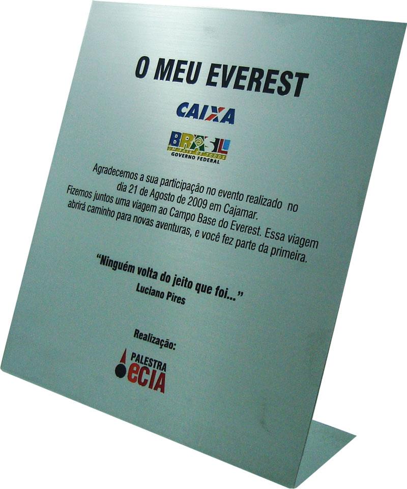 Placa de homenagem com mensagem para relembrar viagem e agradecendo participação em evento.