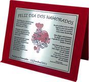 Placa de homenagem para o dia dos namorados, versão masculina, com letra de música, corações e nome dos namorados.