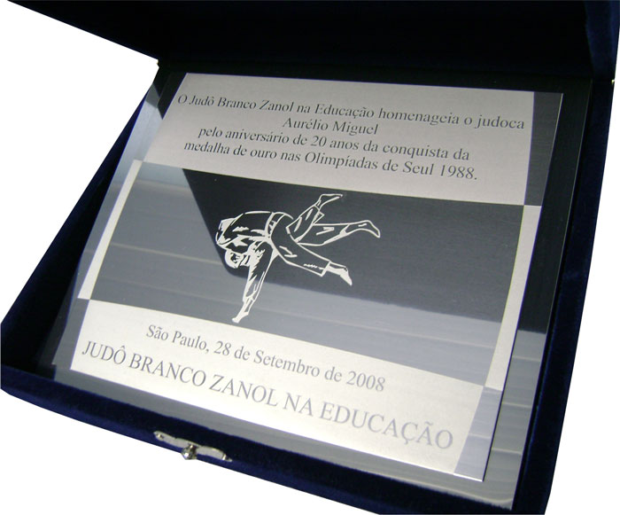 Placa de homenagem relembrando 20 anos de aniversário por conquista olímpica.