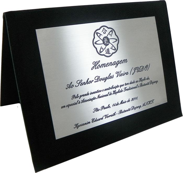 Placa de homenagem pelo grande incentivo e contribuição.