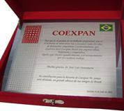 Placa de homenagem com agradecimentos ao colaborador que está deixando a empresa. (Placa em espanhol)