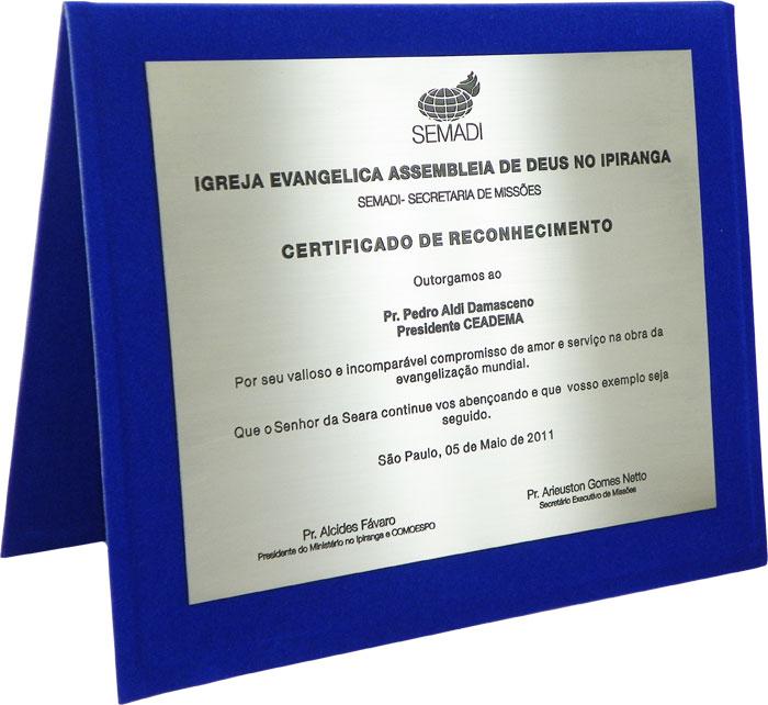 Placa de homenagem com texto de reconhecimento por valioso e incomparável compromisso na obra da evangelização mundial.