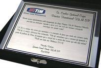 Placa de homenagem ao diretor por dedicação, empenho e apoio para a inauguração de loja.