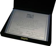 Placa de homenagem em aço inox gravada em baixo relevo escovado com estojo de veludo.