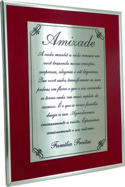 Placa de homenagem à Família com mensagem motivacional.
