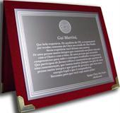 Placa de homenagem concedida por uma equipe para companheiro de trabalho que está deixando a empresa.