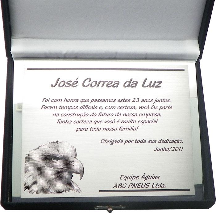Placa de homenagem ao colaborador que está deixando a empresa após 23 anos.