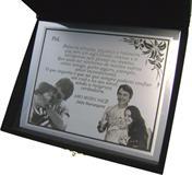 Placa de homenagem entregue no dia dos Pais com gravação de fotos e mensagem.