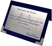Placa de homenagem relembrando Encontro de Corais com marca d'água espelhada.
