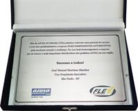 Placa de homenagem empresarial firmando parceria de sucesso entre fabricante e distribuidor.