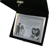 Placa de homenagem com mensagem mesclando homenagem com convite para padrinhos.