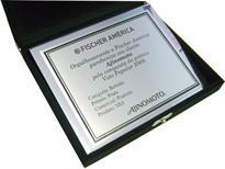 Placa de homenagem oferecida ao cliente da empresa pela conquista de um prêmio.