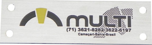 Etiqueta metálica de patrimônio com logotipo e telefone da empresa.