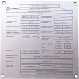 Placa de identificação de equipamento com dados técnicos e informações do fabricante e montador.