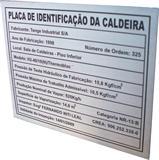 Placa de identificação de caldeira com dados técnicos e informações do equipamento.
