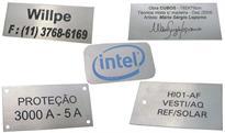 Etiquetas metálicas de patrimônio com gravação em baixo relevo e numeração de acordo com a necessidade.