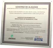 Placa de inauguração de empresa privada com apoio do governo de Alagoas.