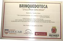 Placa de inauguração de brinquedoteca, construída com apoio de empresa privada e prefeitura municipal de São Paulo.