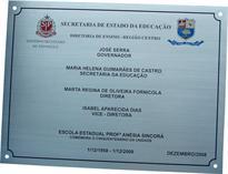 Placa de inauguração comemorando o cinquentenário de escola estadual de São Paulo.