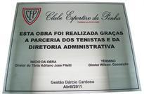 Placa de inauguração da quadra de tênis do Clube Esportivo da Penha com colaboração dos tenistas e diretoria administrativa.