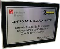 Placa de inauguração de centro de inclusão digital feito com parceria entre Fundação Bradesco e Universidade da Cidadania Zumbi dos Palmares.