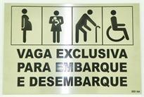 Placa de sinalização indicativa de vaga exclusiva para embarque e desembarque de pessoas com deficiência física, gestantes, pessoas com crianças de colo e idosos.