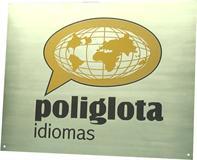 Placa de sinalização para recepção de escola de idiomas com gravação de logotipo em baixo relevo.