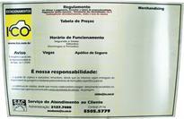 Placa de sinalização com avisos e dados sobre regulamento, preços, vagas, etc...