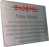 Placa de sinalização para recepção com mensagem sobre a missão da empresa.