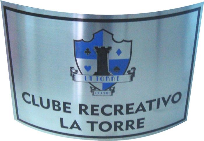 Placa de sinalização de recepção de clube recreativo com gravação de logotipo.