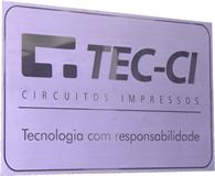 Placa de sinalização para recepção com gravação de logotipo em alto relevo espelhado sem pintura.
