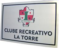 Placa de sinalização para recepção de clube recreativo com logotipo e nome do clube.