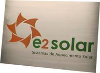 Placa de sinalização de porta de escritório com logotipo da empresa gravado em baixo relevo.