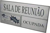 Placa de sinalização de sala de reunião com placa sobreposta com imã para alterar se a sala está livre ou ocupada.