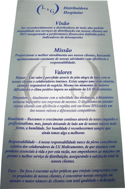 Placa de sinalização com visão, missão e valores para recepção de empresa.