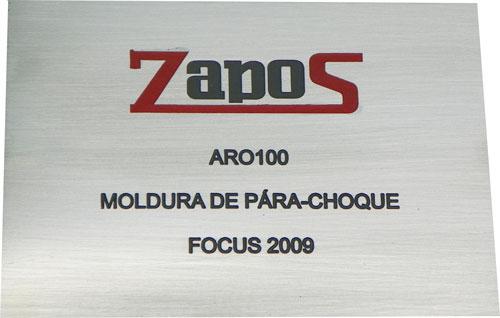 Placa de sinalização para identificar equipamento a ser instalado em automóvel.