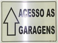 Placa de sinalização indicativa com seta direcionando para as garagens.