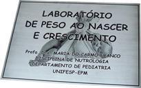 Placa de sinalização de laboratório de peso ao nascer e crescimento da UNIFESP com foto reticulada ao fundo, para fixação na porta.