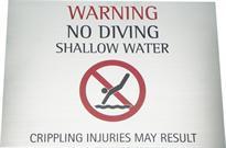 Placa de sinalização com aviso para não mergulhar na água, placa em inglês.