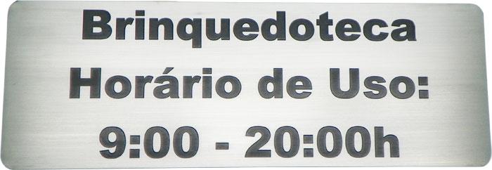 Placa de sinalização com horário de funcionamento de brinquedoteca.