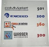 Placa de sinalização de porta para indicação de número de salas dentro da empresa.