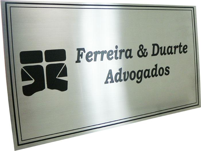 Placa de sinalização de escritório de advocacia, com logotipo e nome gravados em baixo relevo.